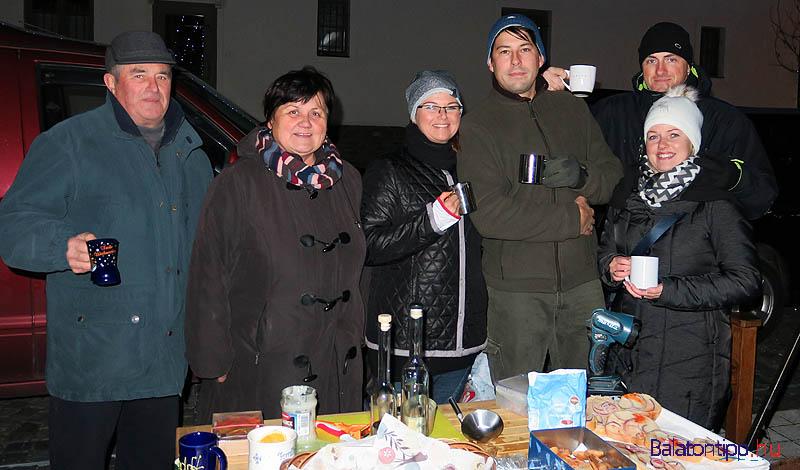 A forraltbor mellett többféle pálinkával, süteményekkel és zsíros kenyérrel is igyekeztek mindenkit levenni a lábáról