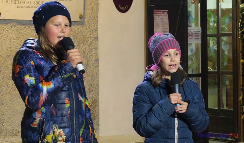 A díjkiosztó után Stáhl Johanna (balról) és Müller Lili énekelt karácsonyhoz illő dalokat