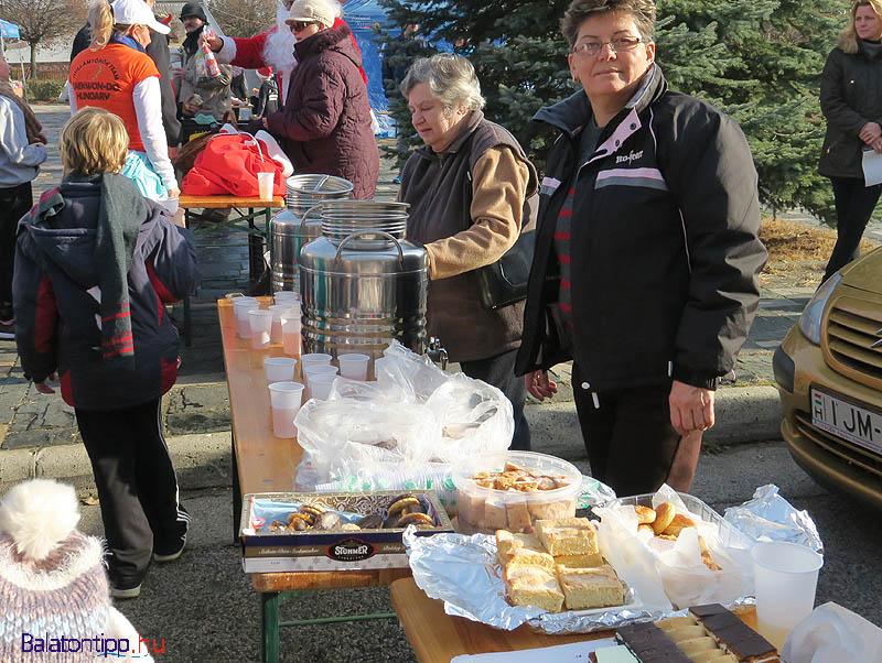 A teát és hozzá a pogácsát az óvoda konyháján készítették, a süteményeket a résztvevők adták össze, a langallót Gurdon Éva helyi vendéglős szülei készítették