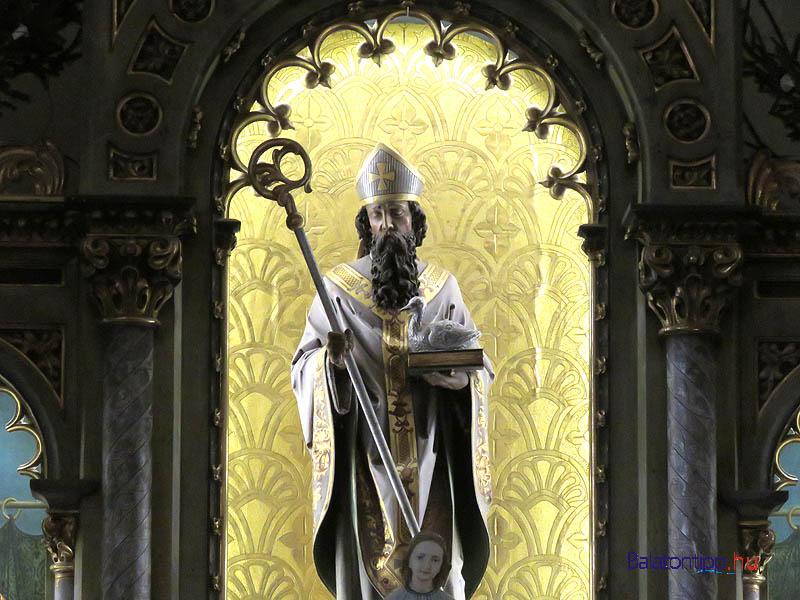 Márton püspök lúddal a kezében a templom oltárképében