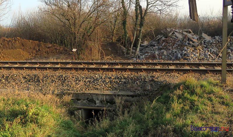 A vasút alatti áteresz most közvetlenül a lerakóra viszi a vizet