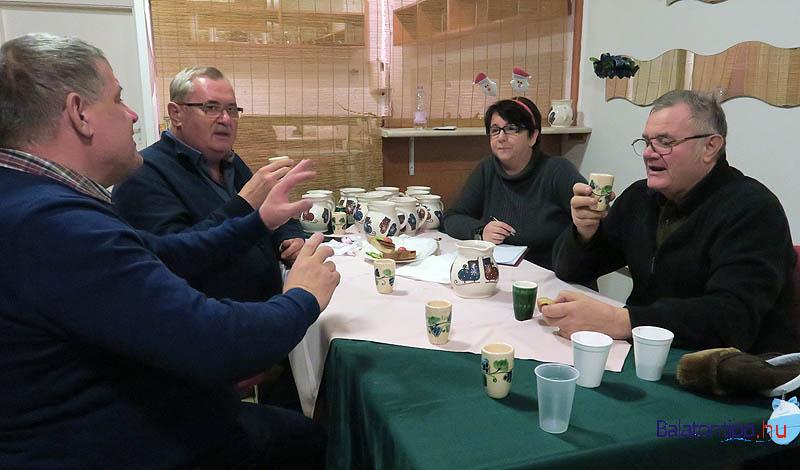 Varró János (balról), Tóth Béla, Rózsa Éva, Salánki Sándor nagyon elmélyült a kóstolásban