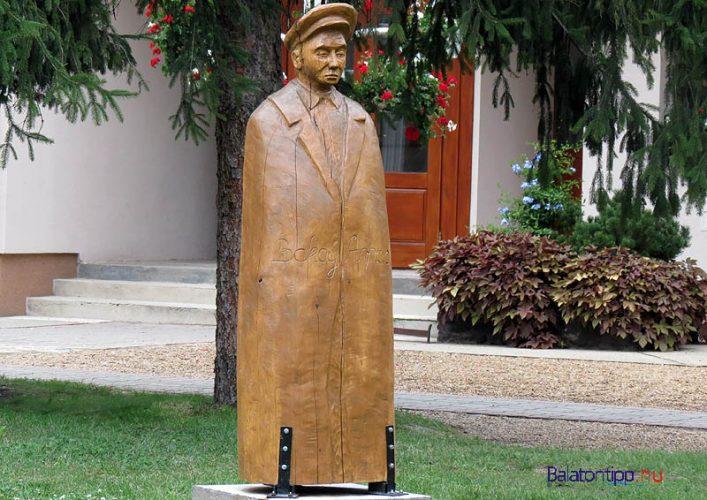 Balatonfenyves - A sapkás - Bakay Árpád szobra, Buzsáki István alkotása - az önkormányzati hivatal előtt