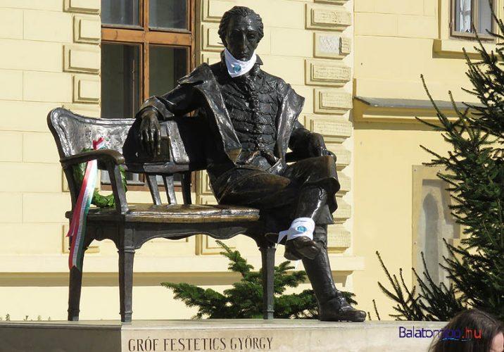 Keszthely - Festetics György szobra a főtéren, Farkas Ferenc alkotása - kis kitérő a bicikliútról