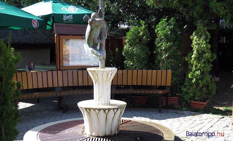 Révfülöp - Békás ivókút - Raffay Béla alkotása - a bicikliút mellett