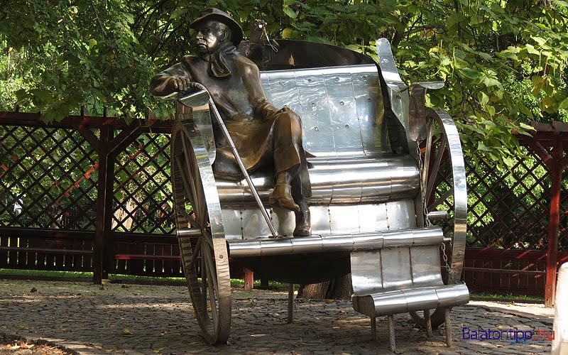 Siófok - Krúdy Gyula-szobor, Varga Imre alkotása - a Petőfi sétány mellett
