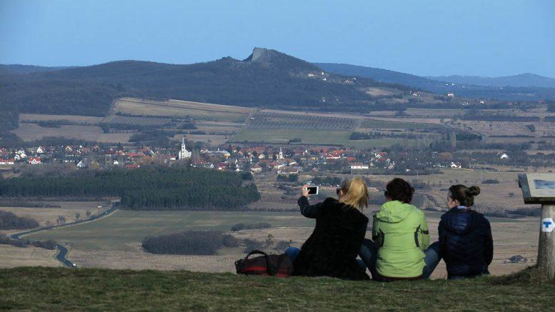 Kilátás a Kopasz-hegy tetejéről Köveskál felé - A Hegyestűről sincs ilyen  szép a látvány 1579fc0cb5