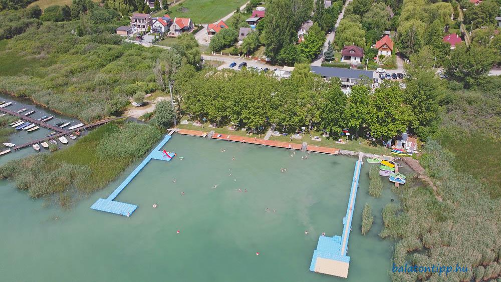 Az örvényesi szabadstrand az új úszó mólókkal, parti napozó teraszokkal és a főépülettel 2021 júniusában - Fotó: Győrffy Árpád
