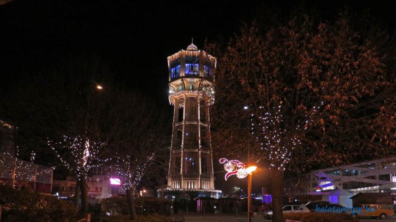 Siófok Fő tér Víztorony adventi fényben