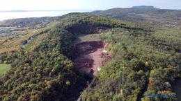 A Rendesi-hegy tetejébe mélyedő balatonrendesi vöröshomokkő bánya