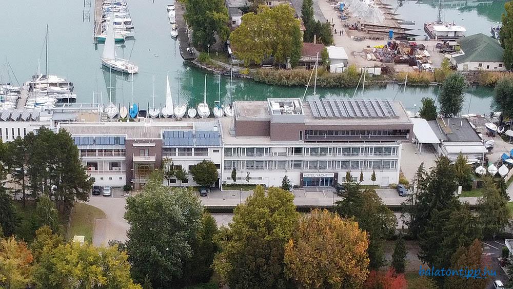 A siófoki Yacht Hotel a tetején az eladó konferenciateremmel