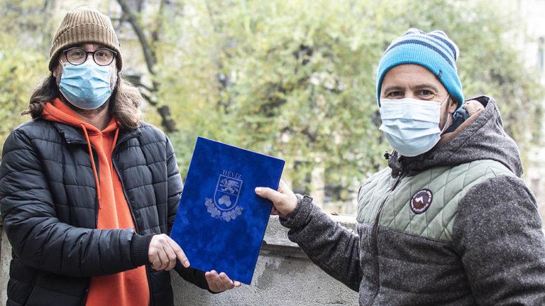 Berta Ádám (jobbról) átveszi a díjat Cserna-Szabó Andrástól