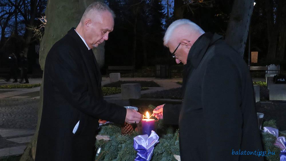 Papp Gábor és Kiss László meggyújtja az első gyertyát az adventi koszorún