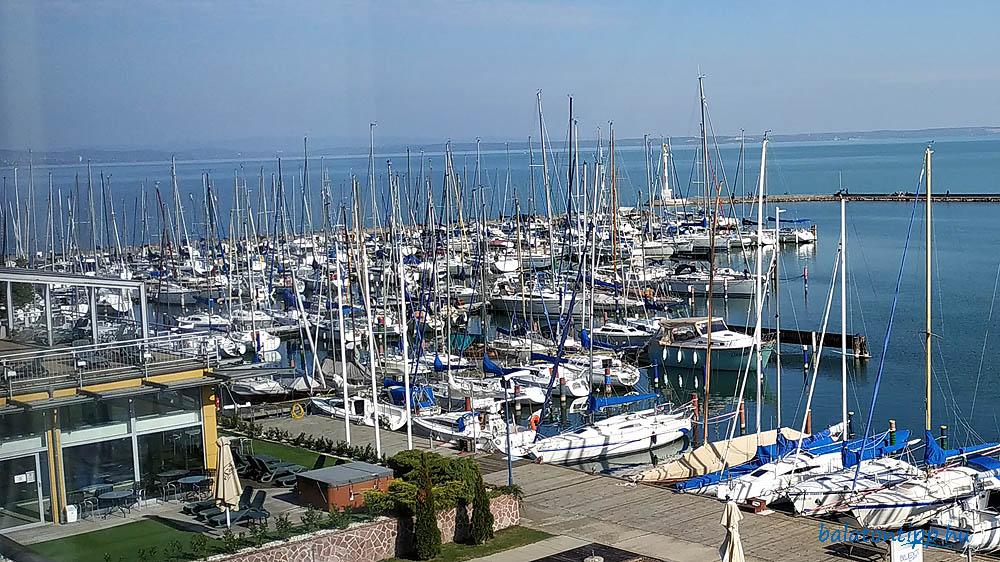 A Siófoki Vitorláskikötő a Yacht Hotelben lévő konferenciateremből - Fotó: Győrffy Árpád
