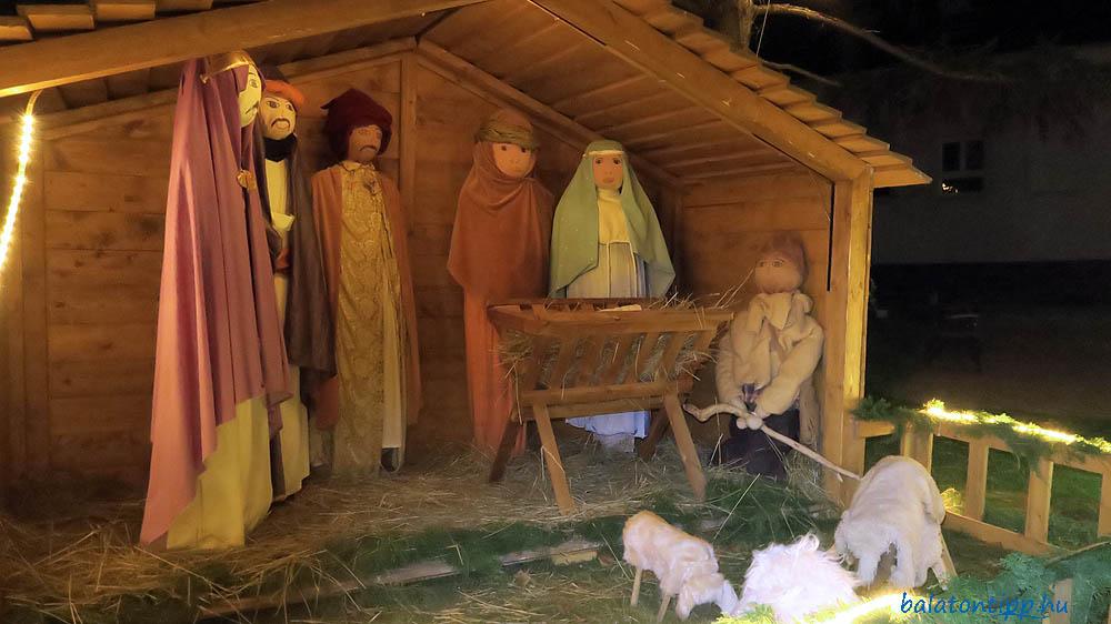 Zánkán is ember nagyságú alakokkal állították fel a betlehemi jászolt