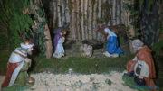 A betlehemi istálló a Szent Családdal, az ajtóban Gáspár királlyal és az egyik pásztorral