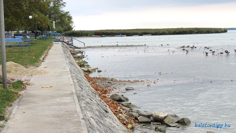Az alsóörsi strand 41 centiméteres vízszintnél
