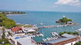 Balatonfüred turizmusát a vendégéjszaka forgalom és a szállásdíjbevételek szerint is kevésbé viselte meg a covid járvány, mint más településekét
