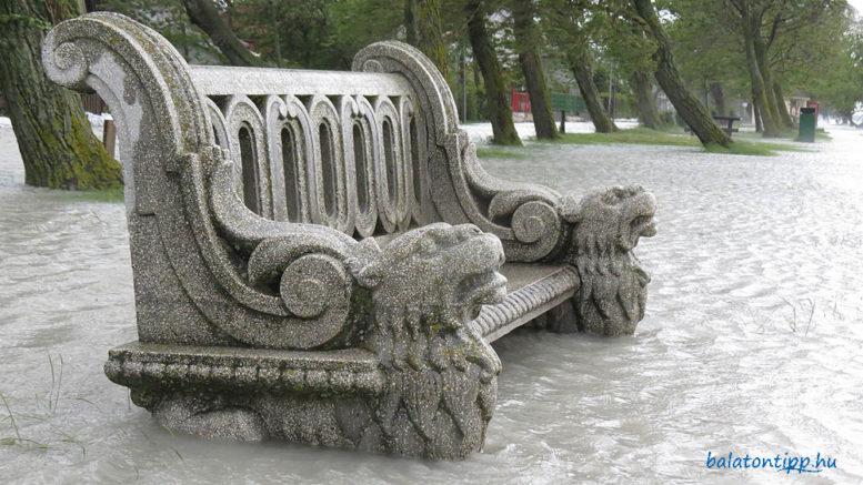 Vízben álló pad a fonyódi Árpád parton