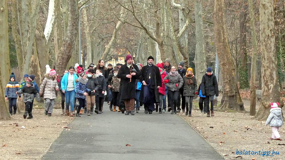 A templomból a Helikon parkon át érkező menetet Király Dávid vezette dudajátékával - Fotó: Győrffy Árpád