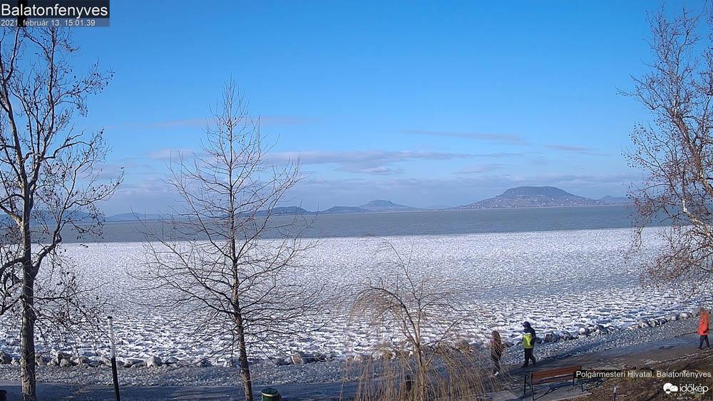 Jeges Balaton február 13-án délután Balatonfenyvesen az Eperjesi utca előtt - Fotó: Időkép