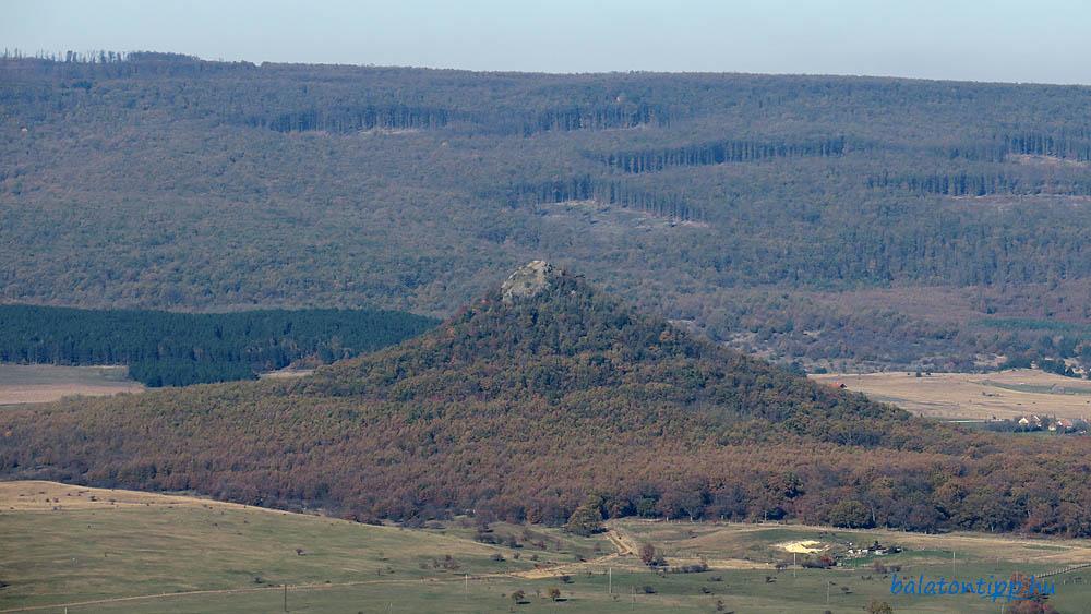 Kilátás a Csobáncról északra - a Hegyesddel és mögötte a Vaskapu-tetővel