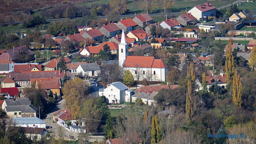Észak-északnyugati irányba jól ráközelítve Diszel központja a templommal és az Első Magyar Látványtárnak otthont adó Stankovics malom