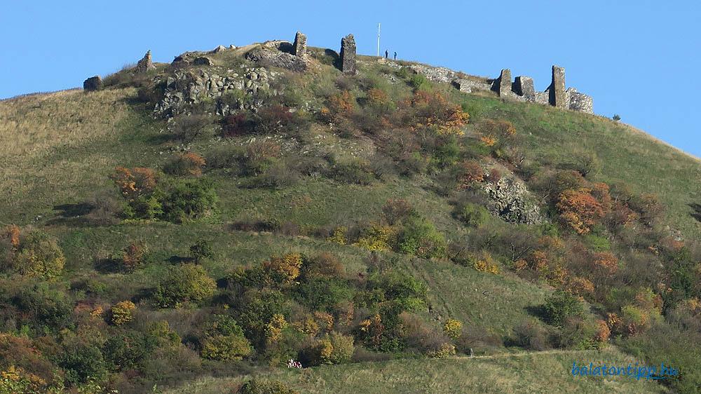 Csobánc-várának romjai lentről