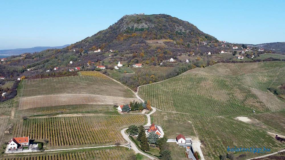 A Tapolcai-medence keleti szélén szigetszerűen kiemelkedő Csobánc-hegy dél-délnyugati irányból - Fotó: Győrffy Árpád