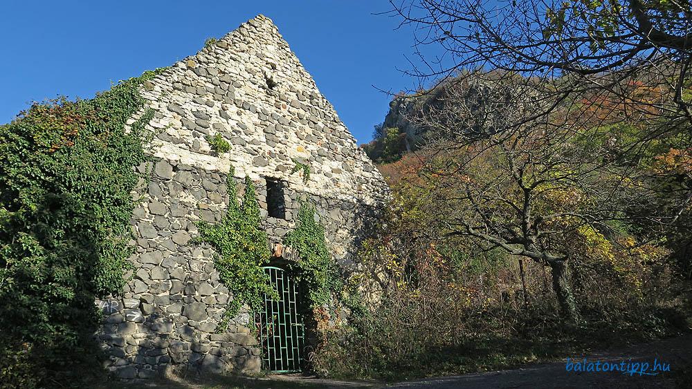 """A valószínűleg a 13. században épített """"Rossztemplom"""" legszebb állapotát mutató része nyugatról"""