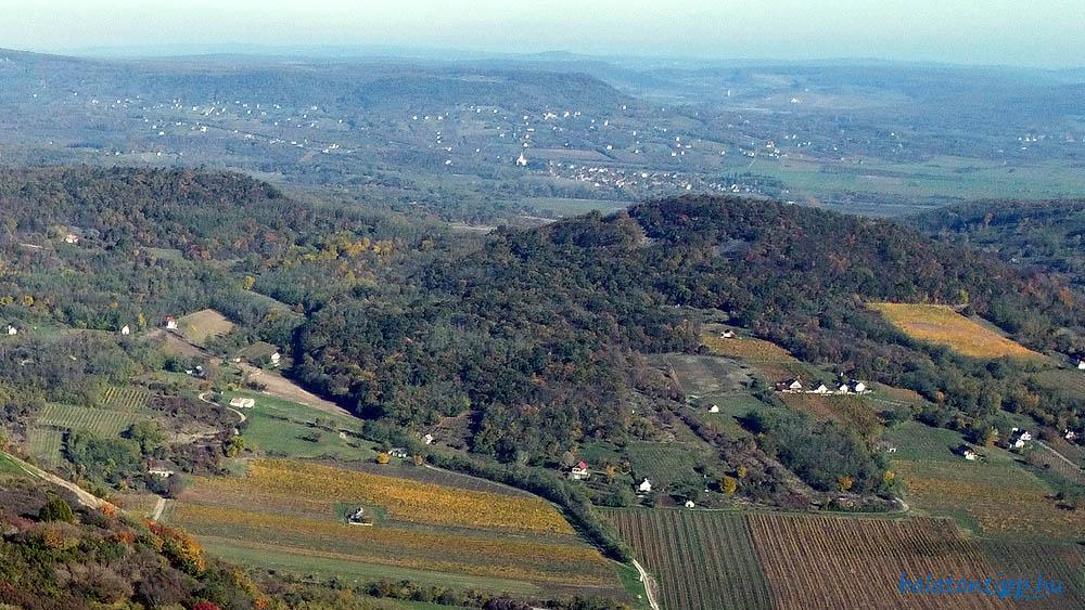 Kilátás kelet-északkelet felé a Csobáncról - Láz-hegy, Köves-hegy, Kopasz-hegy, Szentbékkálla a templomával, majd a Fekete-hegy, jobbról előtte a Káli-medence