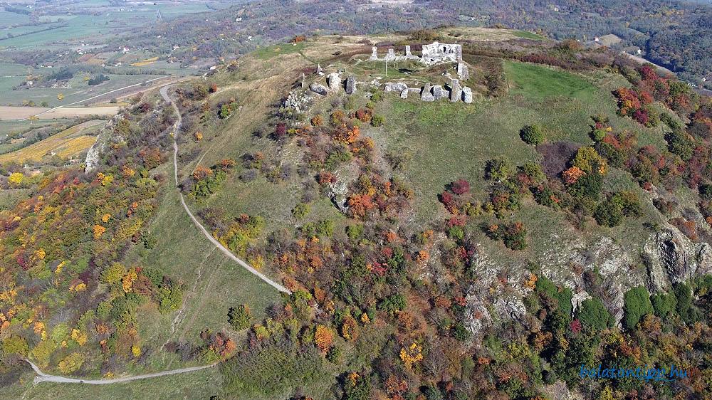 A Csobánc nyugatról a várhoz vezető szerpentin úttal