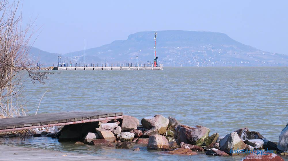 Kilátás a balatongyöröki horgászkikötőből a móló és Badacsony felé