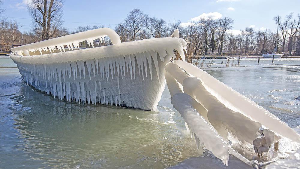 Jégbe fagyott csónak Alsóbélatelepen