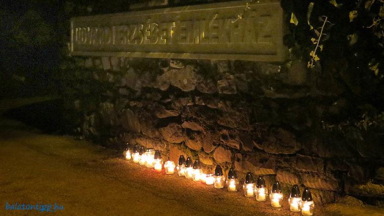 Mécsesek az Udvardi Erzsébet Emlékház előtt