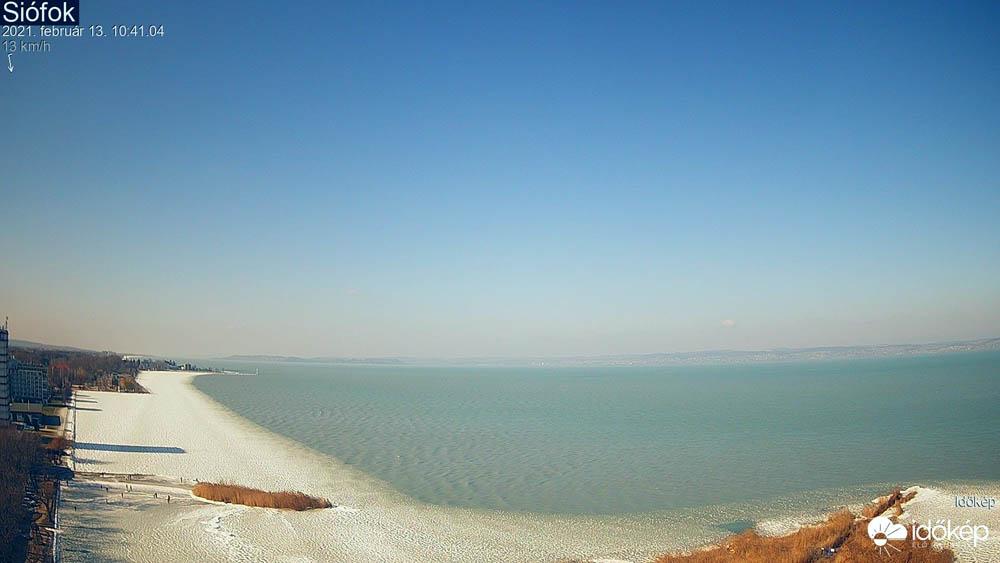 Balatoni jegesedés február 13-án délelőtt Siófokon a Szent István sétány és a Nagystrand előtt - Fotó: Időkép