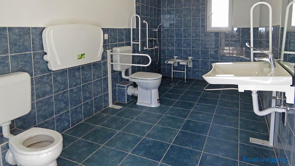 Örvényesi strand mozgássérült és családi wc
