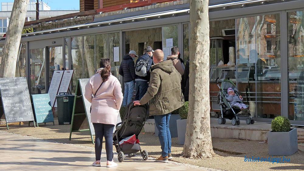 Vásárlók a Borcsa étterem oldalában működú büfé előtt 2021. március 13-án