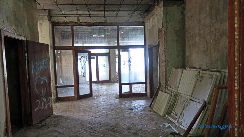 A Kádár-villa előszobája az egykori aligai pártüdülőben