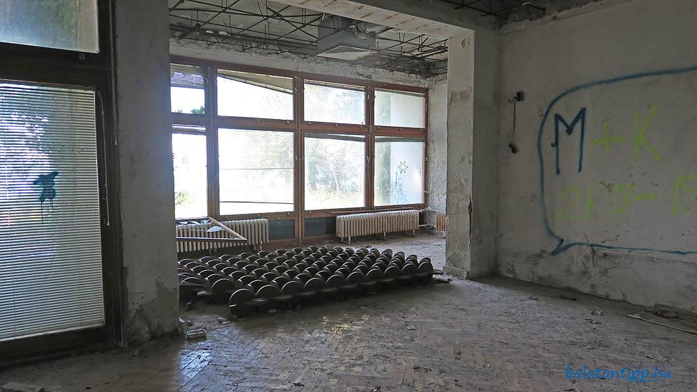A Kádár-villa nappalija egy ledöntött térelválasztó elemmel az egykori aligai pártüdülőben