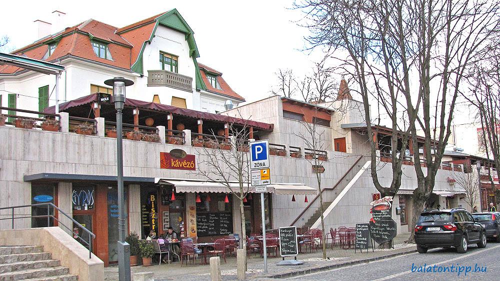 A Kisfaludy utca érintett szakasza Balatonfüreden egy korábbi képen. Balról Kávézó felirattal a leendő Zenit'21 Bisztró helye