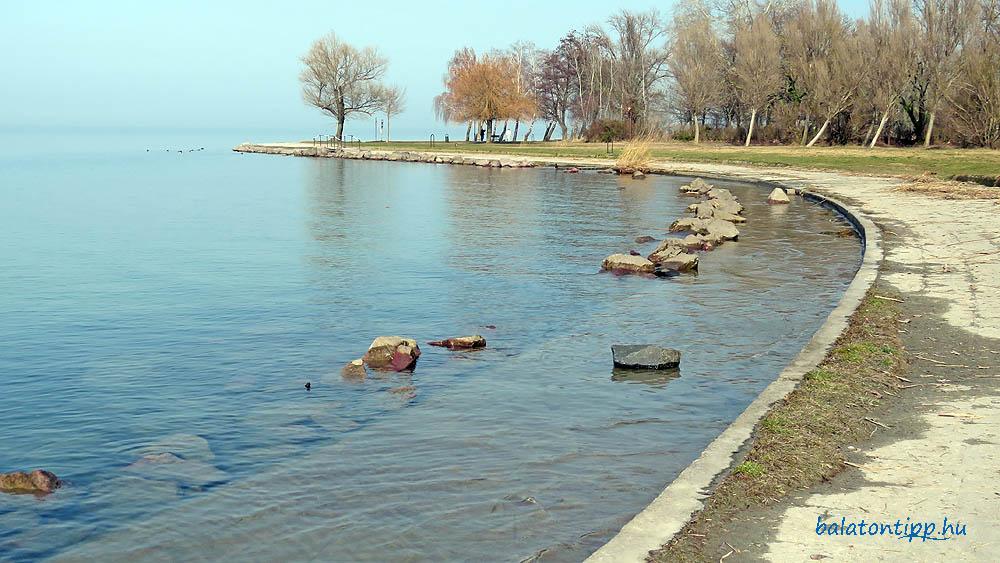 A Balaton 120 centiméteres szintnél Siófok széplaki részén a Zichy utcánál