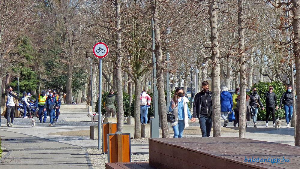 Sétálók a balatonfüredi Vitorlás téren 2021. március 13-án
