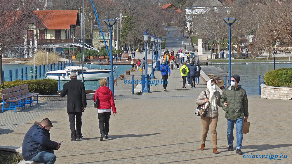 Sétálók a balatonfüredi mólón 2021. március 13-án, szombaton