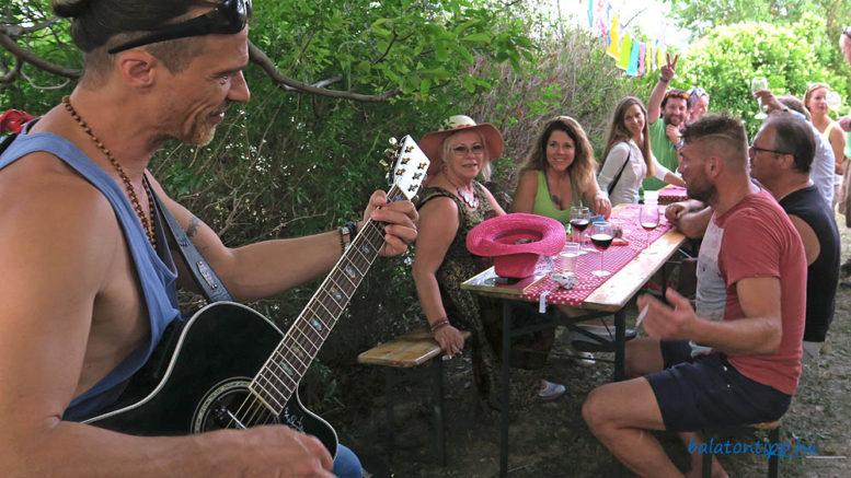 Borozás gitárzene mellett Némo Németh Gáborral a Simándy pincénél