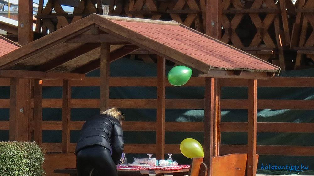 Születésnapi meglepetéspartira készülődés a balatonfüredi Esterházy strandon 2021. március 18-án