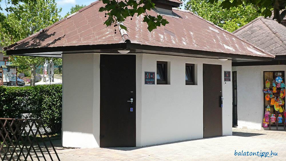 A bicikliút a jövőben is érinti a tavaly átadott strand előtti családi mosdót, ami nyilvános WC-ként működik