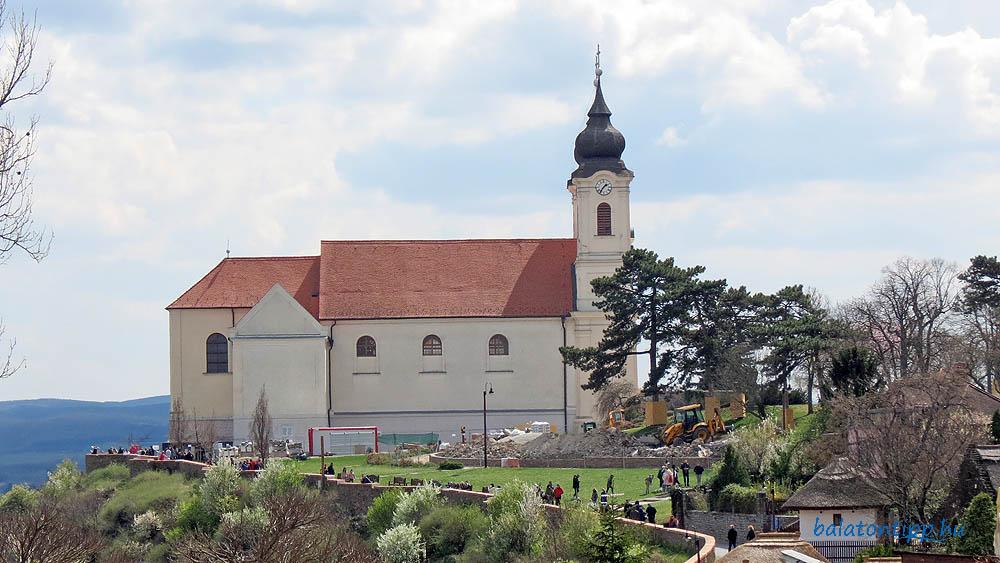A Pisky sétány, az apátsági-templom és a felújítás alatt lévő Csokonai liget - Fotó: Győrffy Árpád