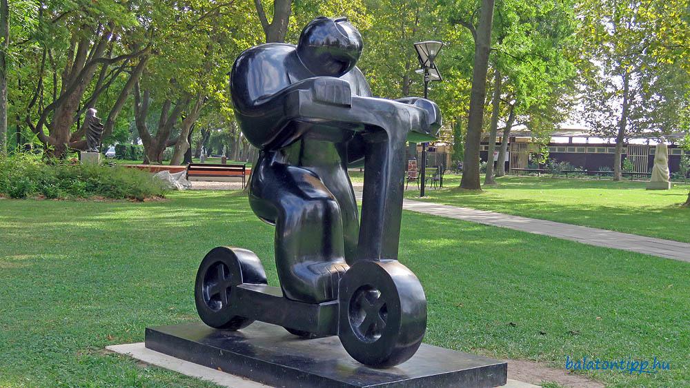 Nálunk még Boldi rollerező szobrából is lehetne segédmotoros kerékpár