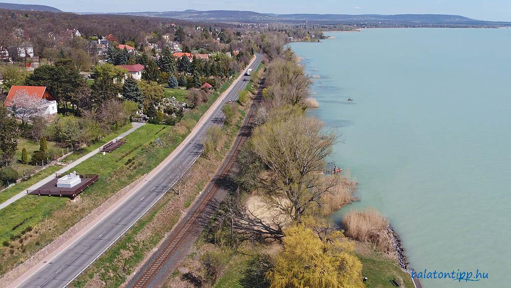 Az új bicikliút és sétány a vasút és a Balaton közötti sávban, a fák között, illetve azok helyén lenne megépítve